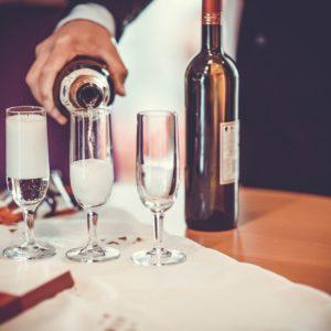 verser du vin dans des verres